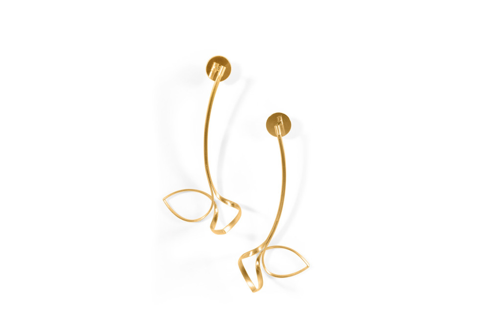 Earrings <em>Schwebende Linien</em>. 750 yellow gold. Or in white gold, silver 925, silver gold plated. 229–839 Euro.