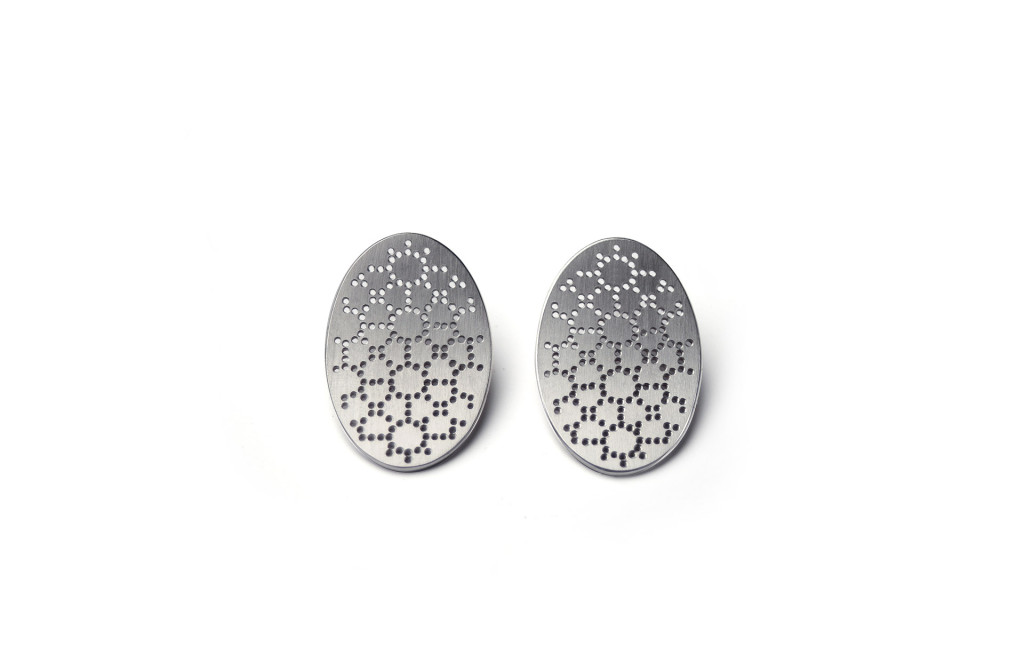 Earrings <em>Stine</em> from the series <em>Nadelwerk</em>. 750 white gold, not embroidered.