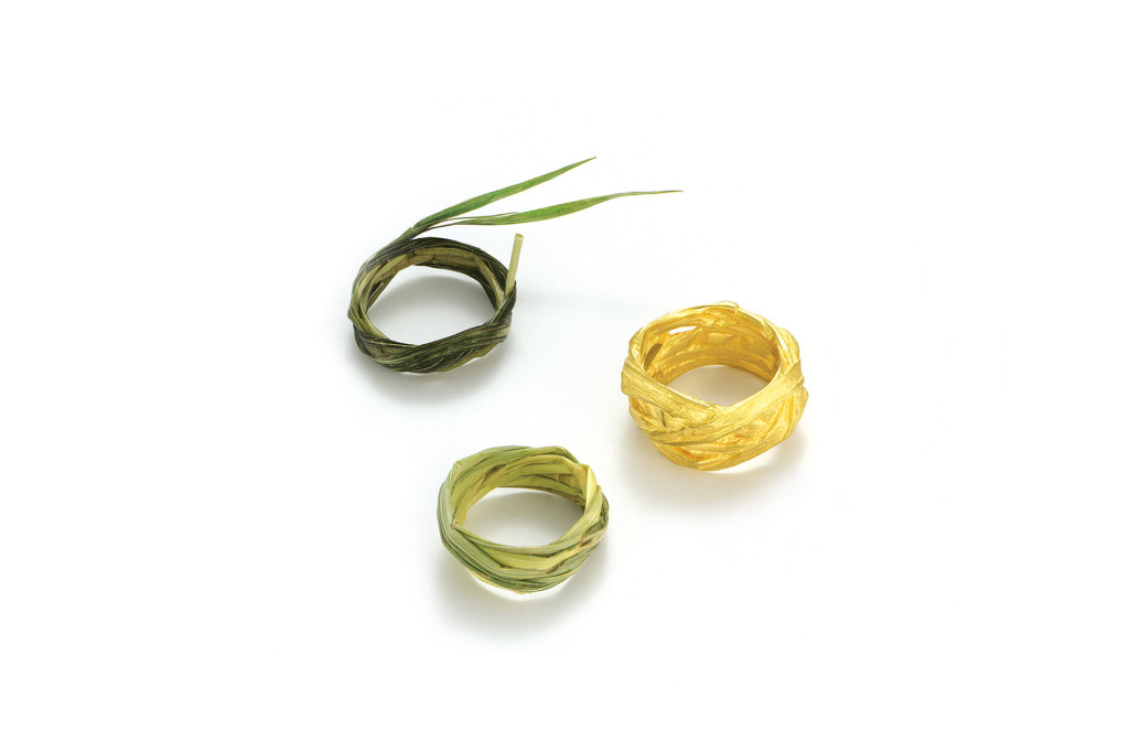 Two pure <em>Grasringe</em> [grass rings] and <em>Grasring Nr. 219</em> [grass ring nr. 219], 1995. 750 gold. Ca. 827–2200 €, unique copies plus 200 €. Photo Markus Geldhauser.