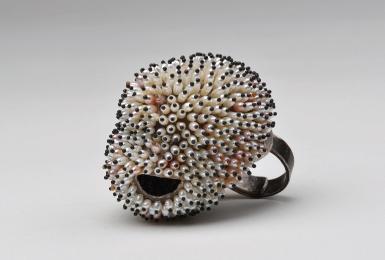 Sam Tho Duong, <em>RINGfrei</em>, 935 silver, freshwater pearl. Photo Klaus Ditté.
