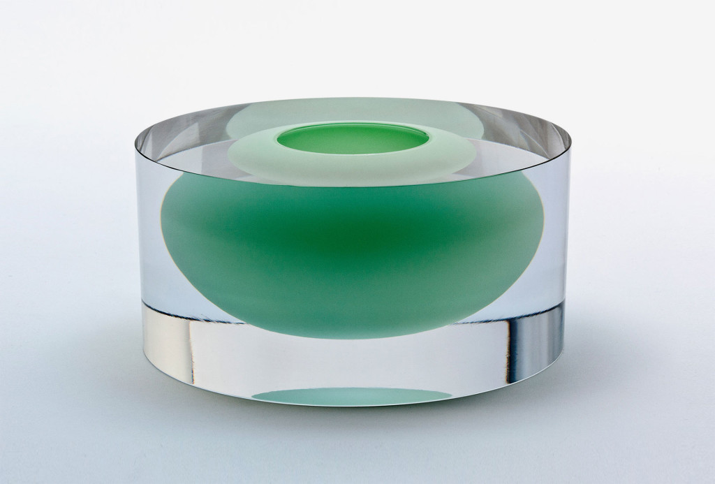 Cylinder with floating jade green bowl. Glass, 12 x Ø 22,5 cm. Photo Stuart McIntyre