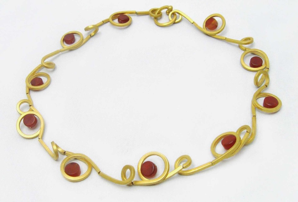 Necklace <em>Loops</em>. Gold plated silver, carneols.