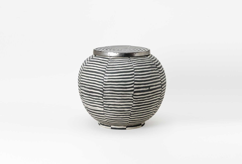 Kati Jünger, <em>Ballon</em> [balloon] urn. Clay, 1460 €. Photo Eva Jünger