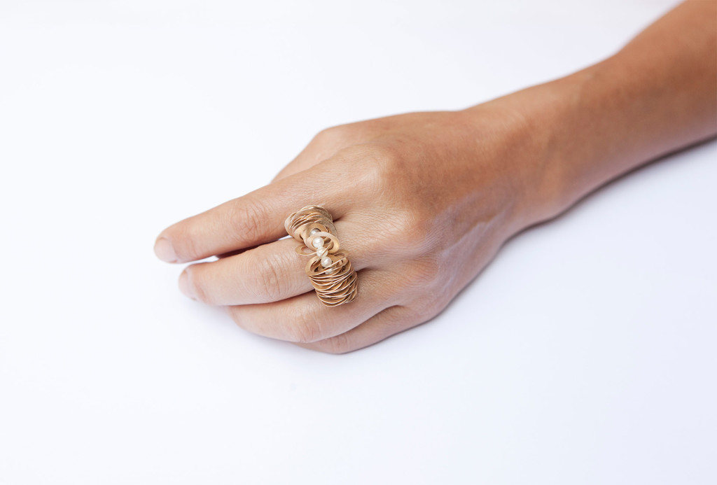 <em>Kleine Welle</em> ring. 750 gold, pearls. Photo Miriam Künzli.
